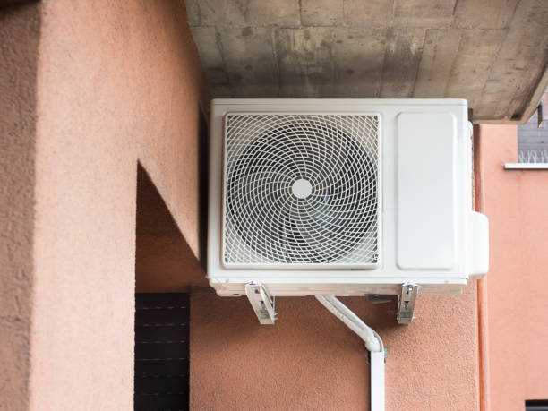 Air conditioner external motor mounted on the wall - foto stock