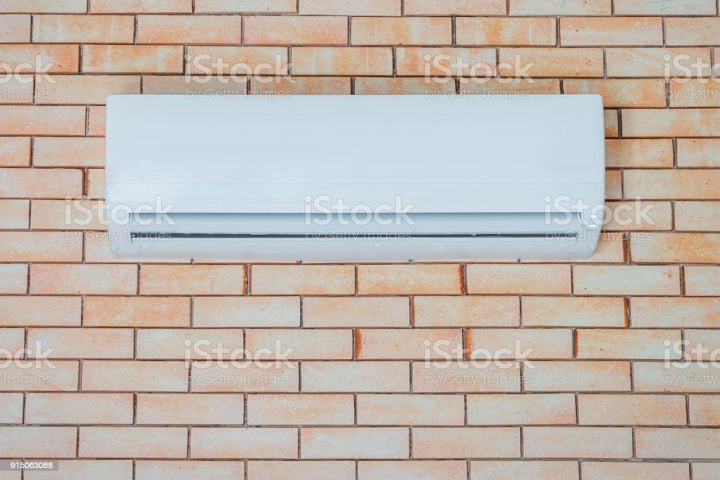 Aire acondicionado en una pared de ladrillo - foto de stock