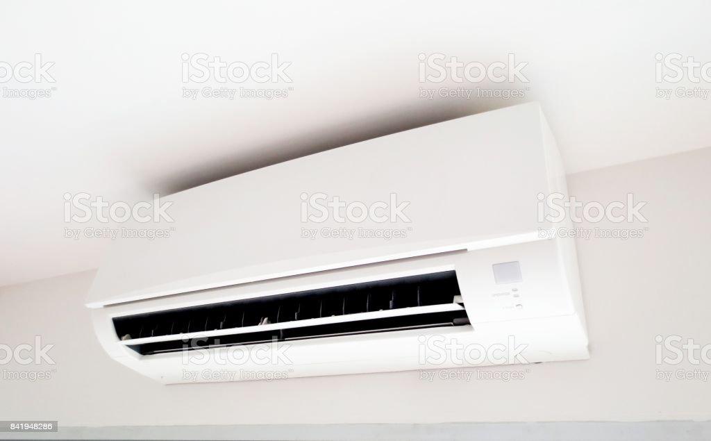 aire acondicionado en una pared blanca. - foto de stock