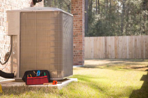 Klimagerät im Sommer mit Werkzeugen und Toolbox. – Foto