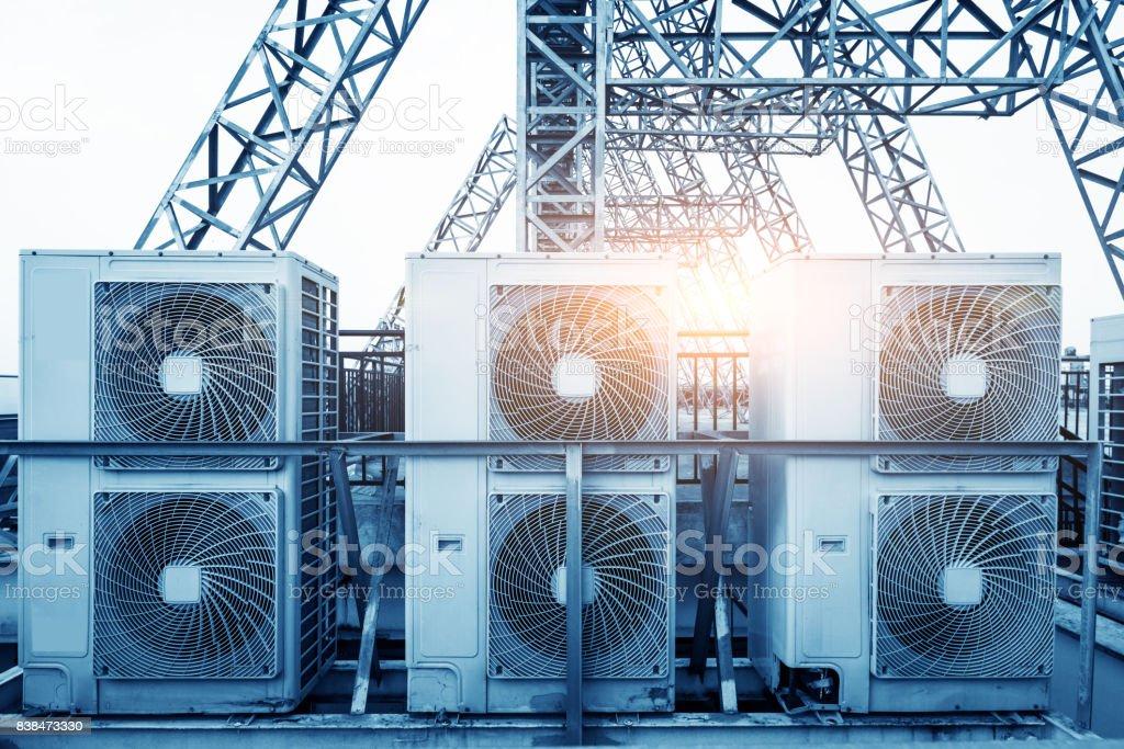 Klimaanlage (HVAC) Einheiten auf dem Dach des Industriegebäude mit blauen Himmel und Wolken im Hintergrund. – Foto