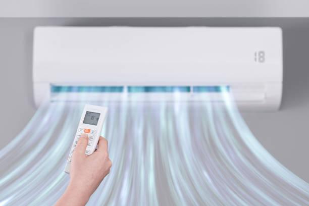 luftkonditionering wind control - kvinna ventilationssystem bildbanksfoton och bilder