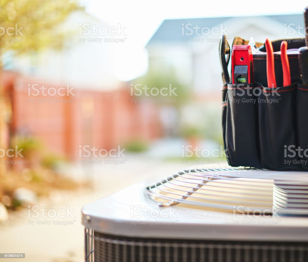 Air conditioner with maintenance tools in residential back yard - foto stock
