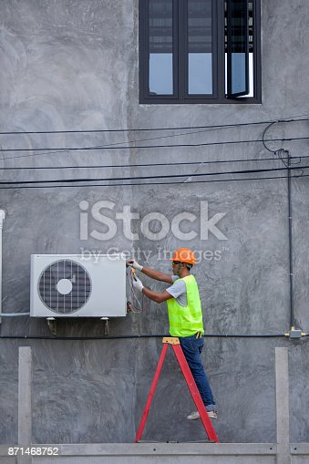 istock Air Conditioning Technician and A part of preparing to install new air conditioner. 871468752