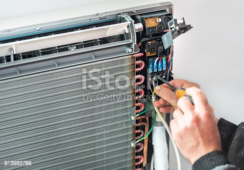 istock Air Conditioning Technician and A part of preparing to install new air conditioner. 913983766