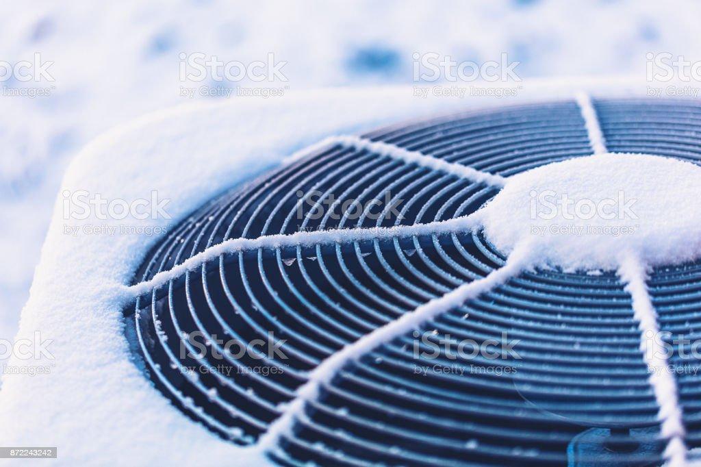 Klimagerät mit Schnee bedeckt – Foto