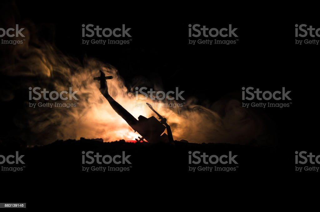 Desastre de avião. Queda de helicóptero em chamas. Helicóptero destruído. Decorado com brinquedo no fundo escuro do fogo. Guerra ou terrorismo - foto de acervo