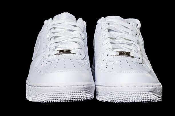 air force 1 sneaker - nike sneaker weiß stock-fotos und bilder