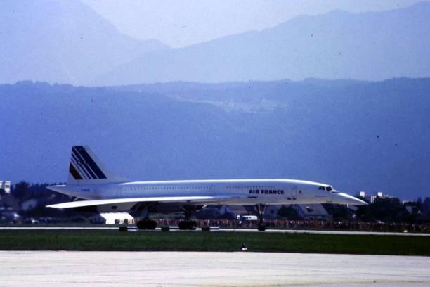 air france concorde sur la piste de l'aéroport de klagenfurt 1984 - avion supersonique concorde photos et images de collection