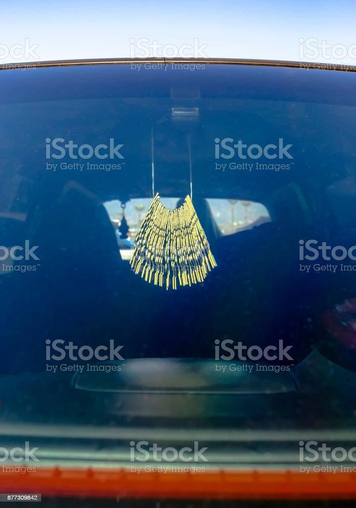 Refrogerador de ar pendurado no carro, o espelho retrovisor - foto de acervo