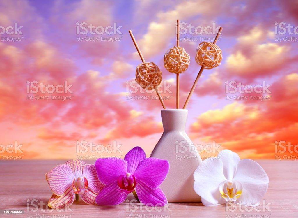 Purificador de ar com flores da orquídea na tabela. - foto de acervo
