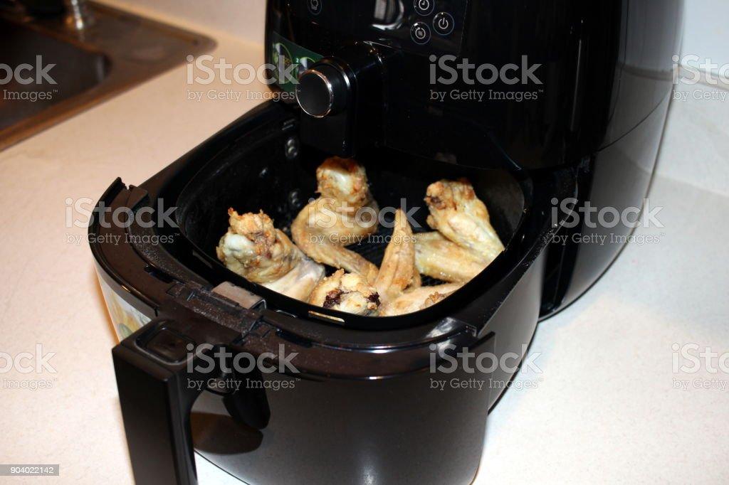 Asas de frango do ar fritadeira - foto de acervo