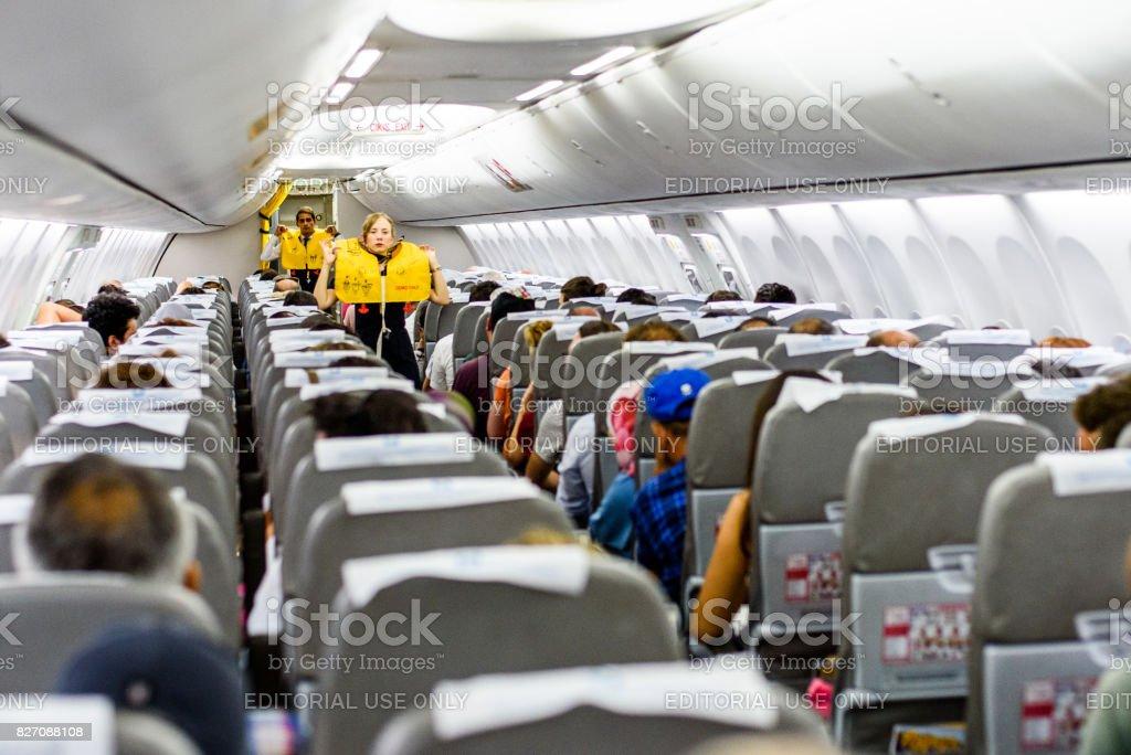 Stewardess, die Erteilung von Weisungen – Foto