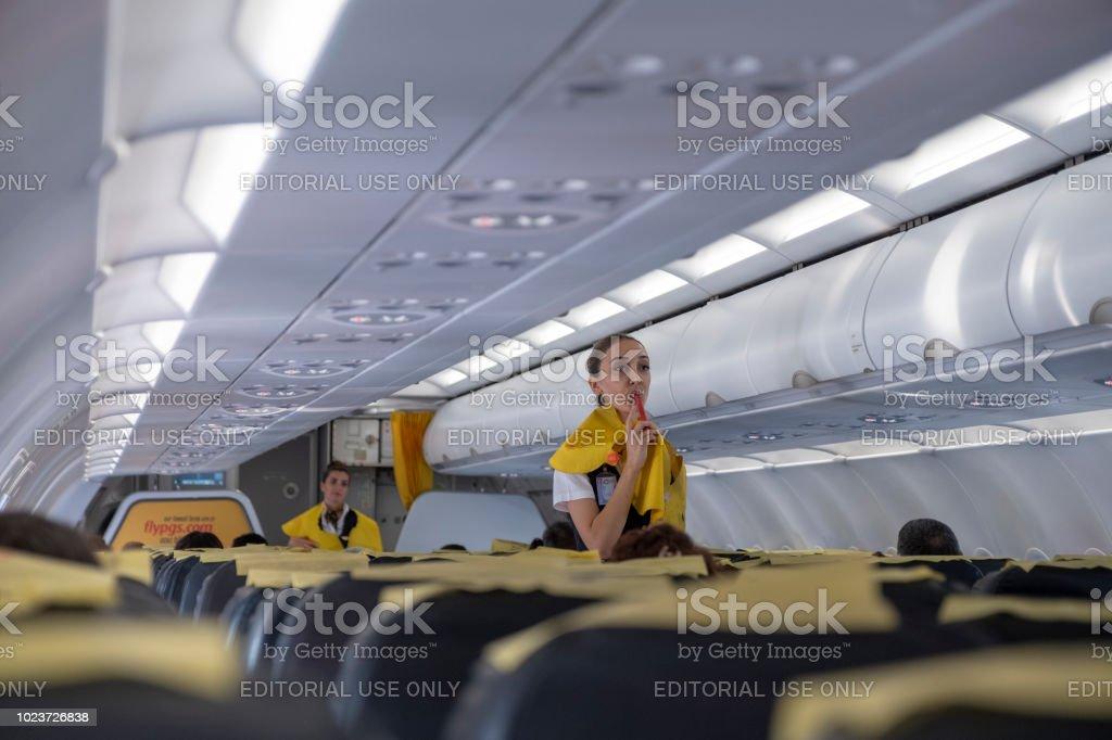 Stewardess geben Sicherheitshinweise vor Flug – Foto