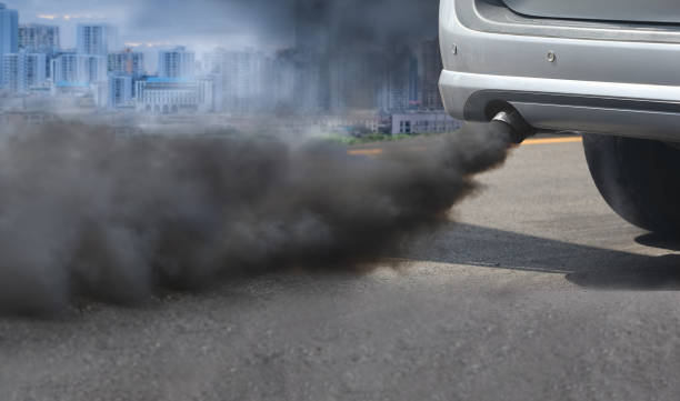 Luftverschmutzung Krise in der Stadt von Diesel Fahrzeug Auspuff unterwegs – Foto