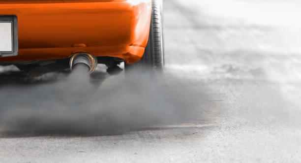crisis de contaminación atmosférica en la ciudad de tubo de escape de vehículos diesel en carretera - contaminación ambiental fotografías e imágenes de stock