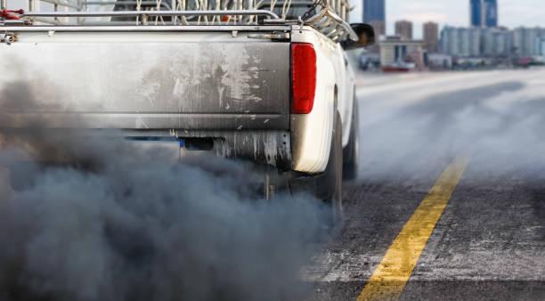 Luftverschmutzungskrise in der Stadt durch Dieselfahrzeug-Abgasrohr auf der Straße – Foto