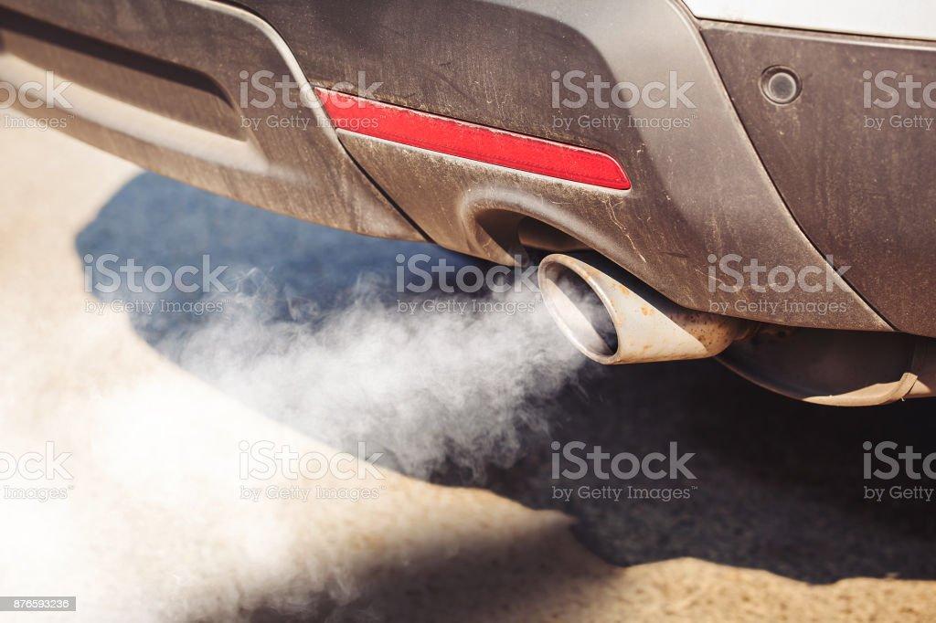contaminación del aire del tubo de escape sucio y envejecido del vehículo en carretera - foto de stock