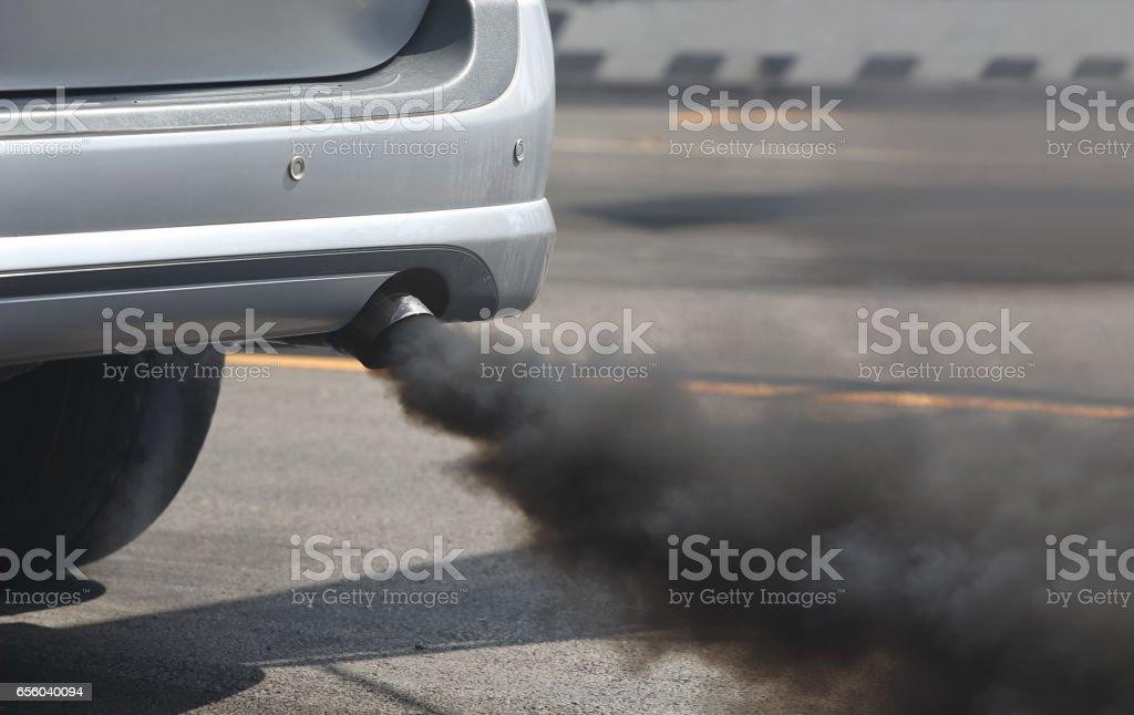 Luftverschmutzung durch Fahrzeug Auspuff unterwegs. – Foto