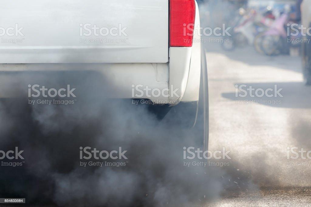 Luftverschmutzung vom Fahrzeug Auspuff auf der Straße – Foto