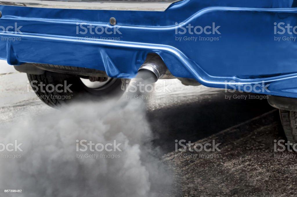 La contaminación del aire causada por vehículo tubo de escape en la ruta foto de stock libre de derechos