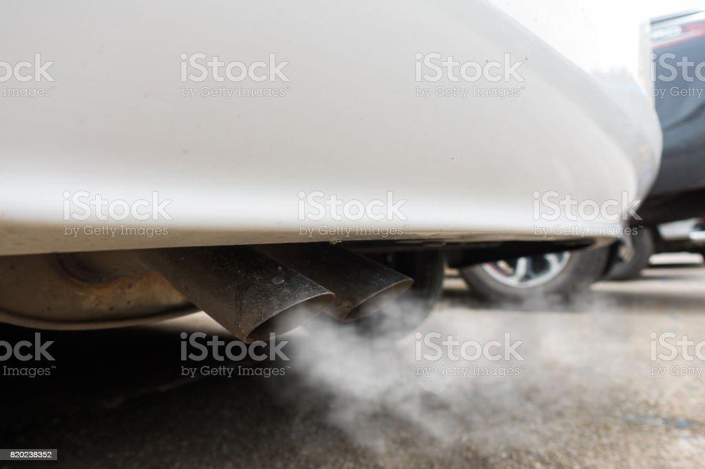 La contaminación del aire causada por vehículo tubo de escape - foto de stock
