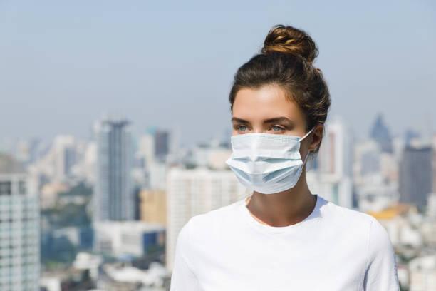 luftföroreningar eller virus epidemin i staden - cold street bildbanksfoton och bilder