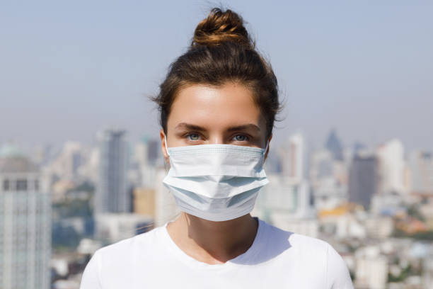 air pollution or virus epidemic in the city - {{asset.href}} foto e immagini stock