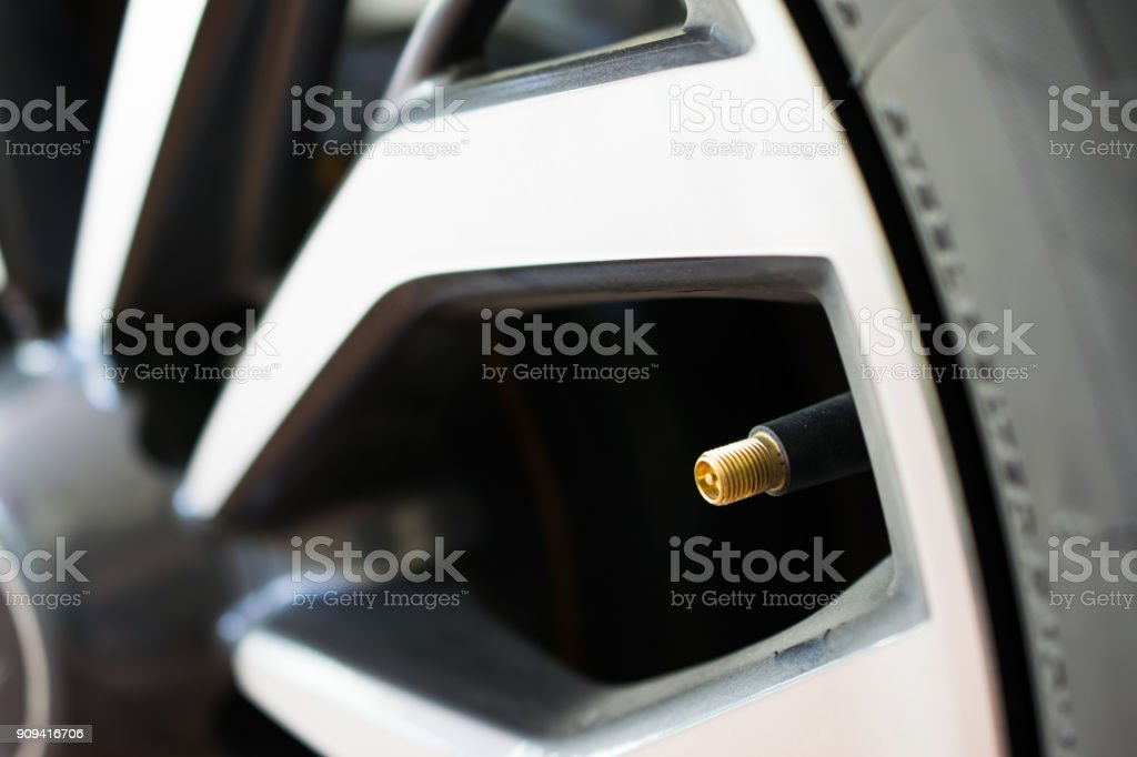 Válvula de presión de aire en un neumático de coche - foto de stock