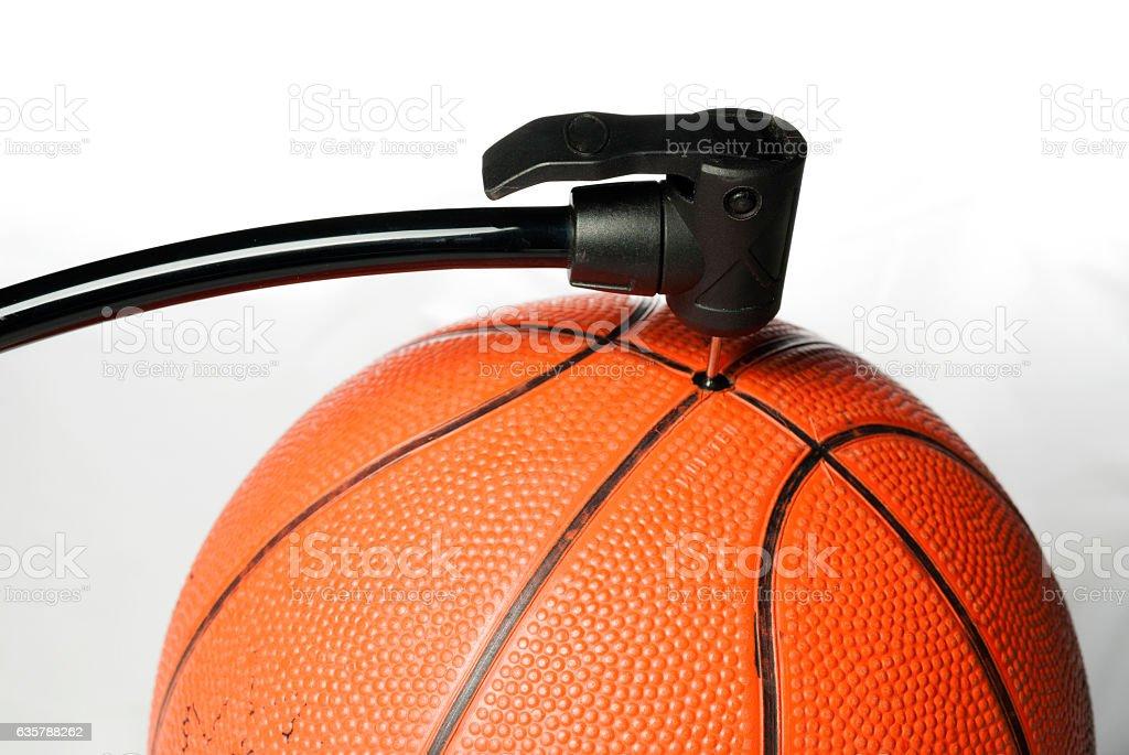 Air pump fills an orange basketball – Foto