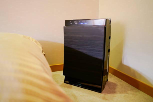 寝室に置かれた空気清浄機 - 加湿器 ストックフォトと画像