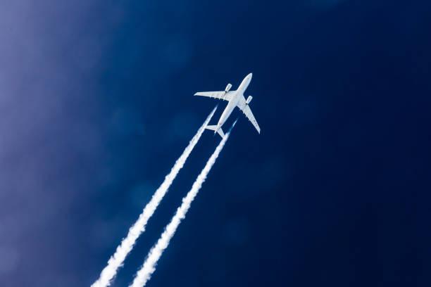 luft-luft schuss airbus 330-flugzeug-kondensstreifen - flugzeugperspektive stock-fotos und bilder