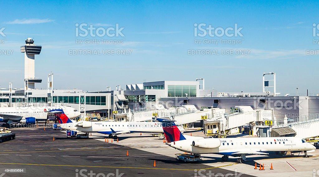 Torre de Control de tráfico aéreo y la Terminal 4 con aviones de aire - foto de stock