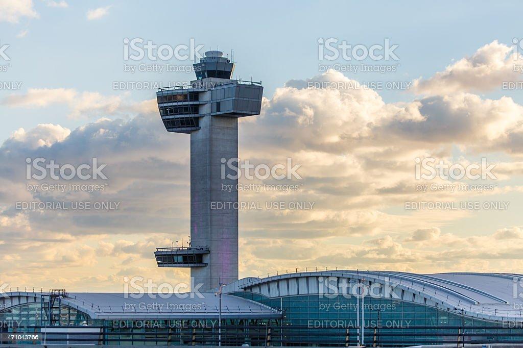 Torre de control de tráfico aéreo en el aeropuerto JFK - foto de stock