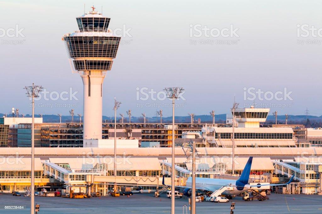Torre de Control de tráfico aéreo en aeropuerto de Munich, Alemania - foto de stock