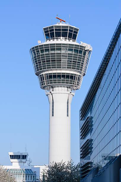 air traffic control-turm in münchen internationalen passagier hub - münchen weather stock-fotos und bilder