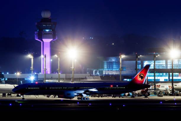 Tour de contrôleur de circulation aérienne avec un Boeing 777-300 de Taag Angola Airlines à l'aéroport International de Guarulhos à Sao Paulo au Brésil - Photo