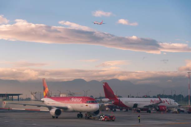 Tráfego aéreo no aeroporto de Bogotá. Colômbia. - foto de acervo