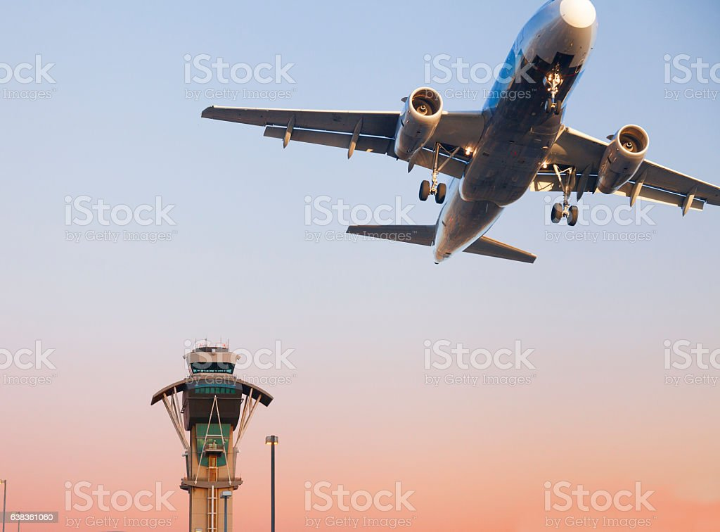 Air Trafic Control tower and airplane at LAX - foto de acervo