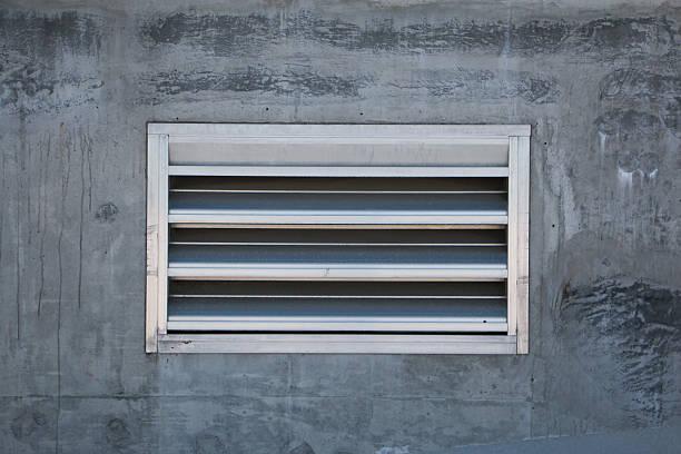 Respiradero en pared de cemento - foto de stock