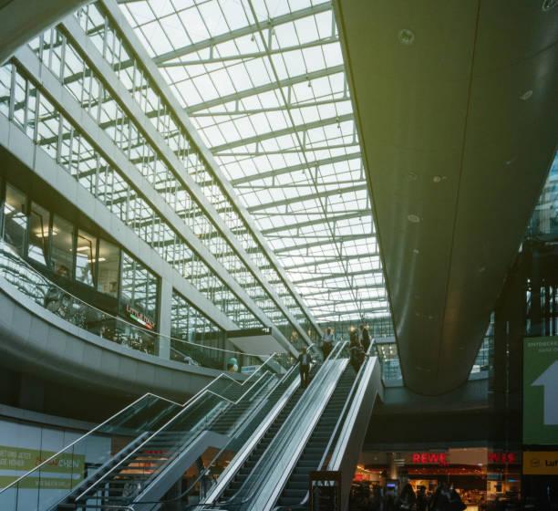 airail frankfurt train station lange strecke schnellzug moderner architektur - rewe germany stock-fotos und bilder