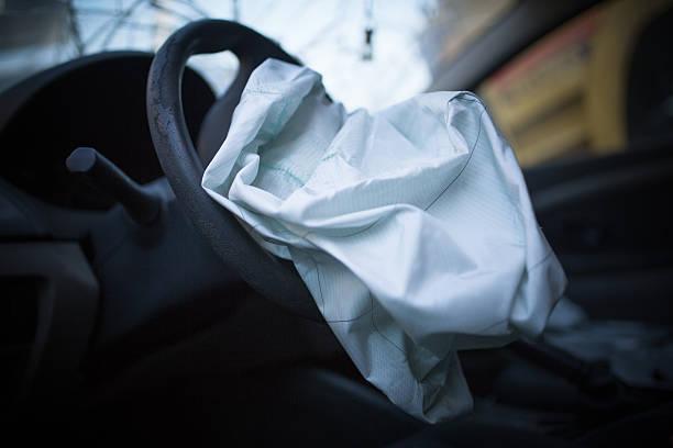 Airbag explodiert in einem Autounfall – Foto