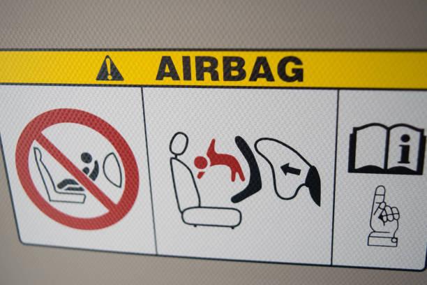 Airbag-Platte-Warnung im Stadtauto auf Sonnenschirm – Foto