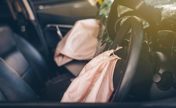 Airbags, die nach einem Unfall explodieren. Auto-Sicherheitskonzept. – Foto