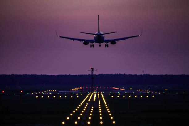 aterrizaje boeing 737-300 de airbaltic - aterrizar fotografías e imágenes de stock