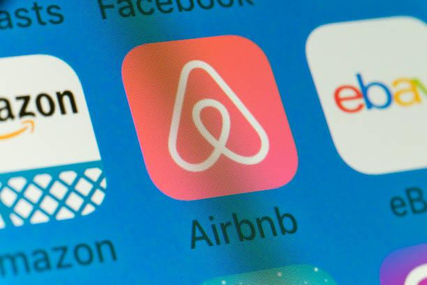 Airbnb, Amazon, eBay y otra aplicaciones de teléfono móvil en pantalla del iPhone - foto de stock