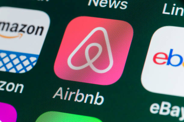 airbnb, amazon, ebay, news and other apps on iphone screen - big tech foto e immagini stock