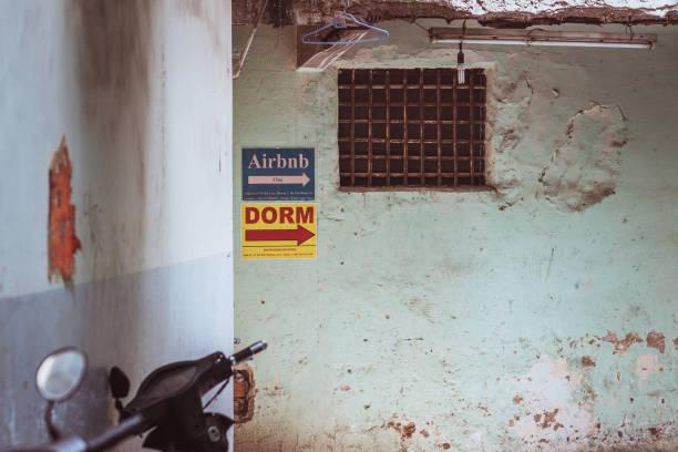Signo de Airbnb en el muro - foto de stock