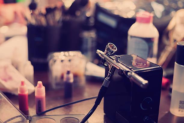 airbrush und farbe für professionelles make-up-kunst - airbrush make up stock-fotos und bilder