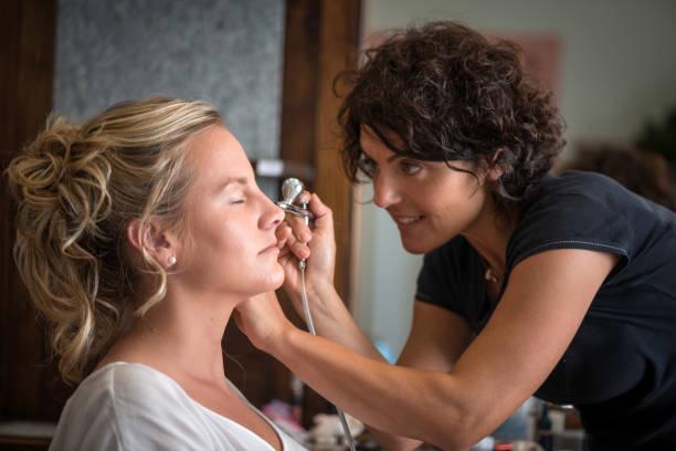 airbrush make-up und friseur salon: schminken - airbrush make up stock-fotos und bilder
